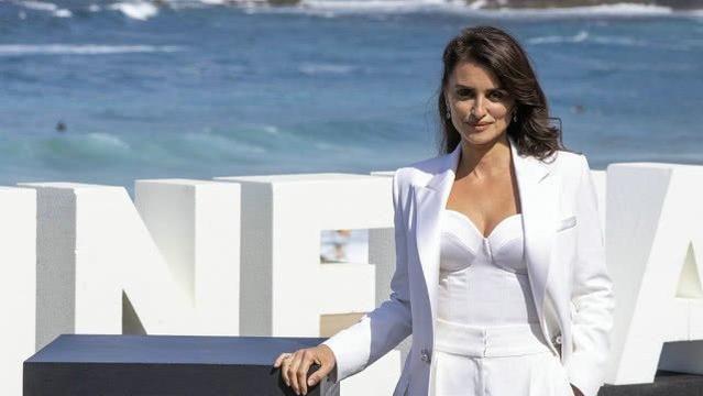 佩内洛普·克鲁兹身穿纯白色西装气质佳,长发飘逸女人味十足