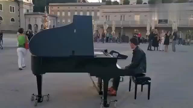 奥地利莫扎特广场,听着优美琴声,看着翩翩起舞的人群,真是美好