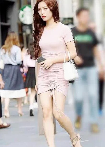 街拍:美女一袭抽绳裙,清纯动人,气质出众