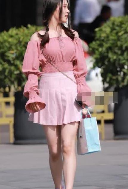街拍:美女粉色小衫搭百褶裙,可爱迷人,青春靓丽