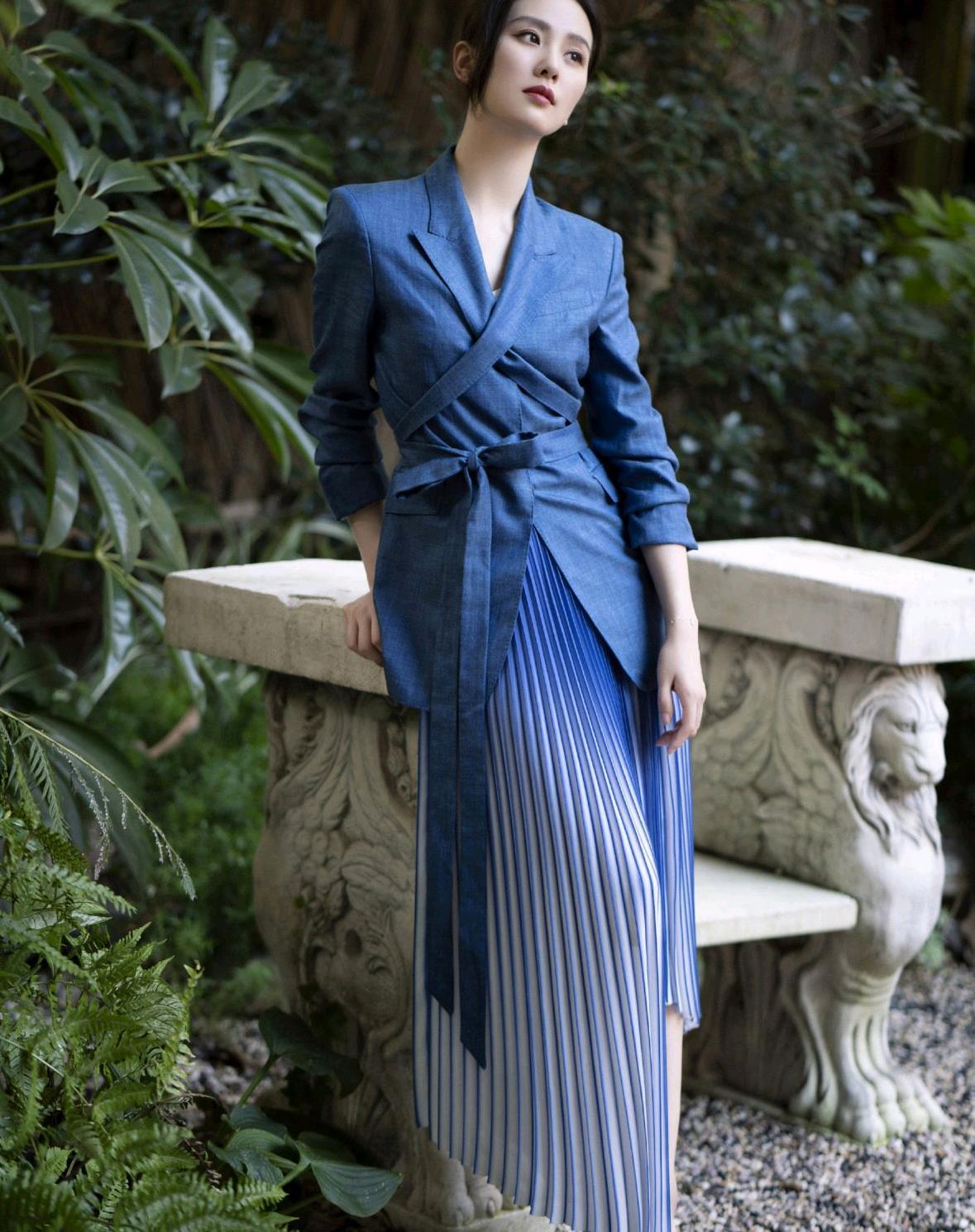 刘诗诗也太会穿了,蓝色西装搭配渐变色百褶裙好高级,美成焦点