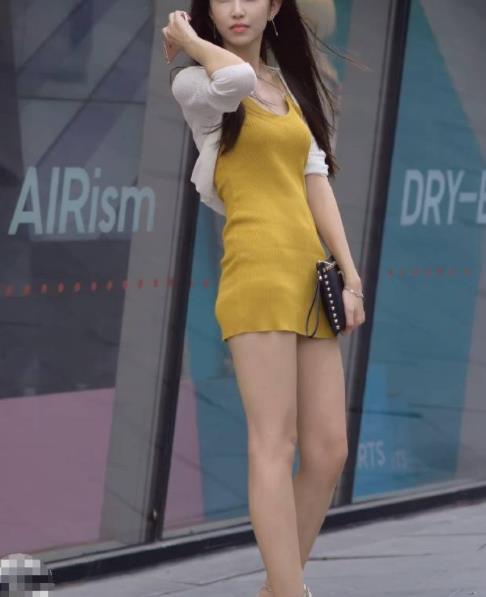 街拍美图:小姐姐好身材就要秀出来,时尚紧身裙彰显完美身段!