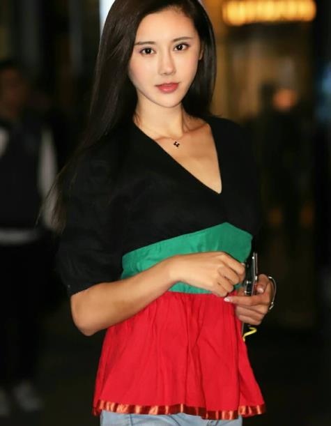 美女穿搭,红绿黑小衫穿出别样的美