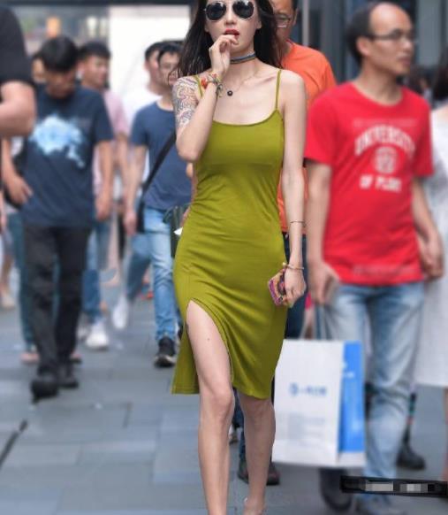 街拍美图:气质出众的小姐姐,身穿纯色紧身裙,展现自我独特魅力