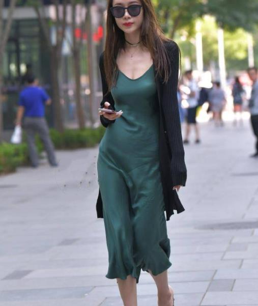 街拍美图:小姐姐深绿色的吊带裙搭配针织大衣,尽显成熟知性美!