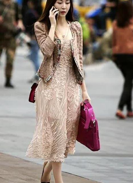 街拍:肉色空纱裙搭配粗花呢外衣 气质优雅