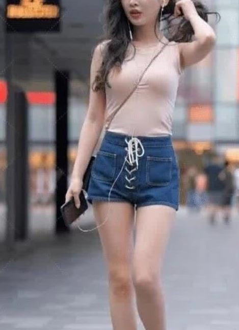 街拍:美女紧身衣搭牛仔裤,身材高挑,尽显大长腿
