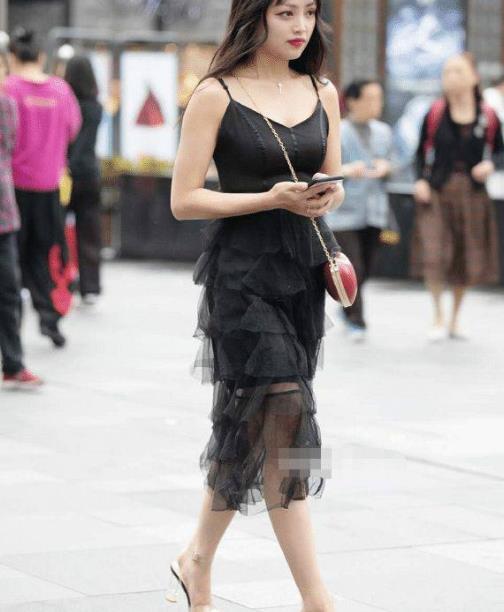 街拍美图:穿搭清凉的小姐姐,显瘦又百搭,加倍的与众不同!