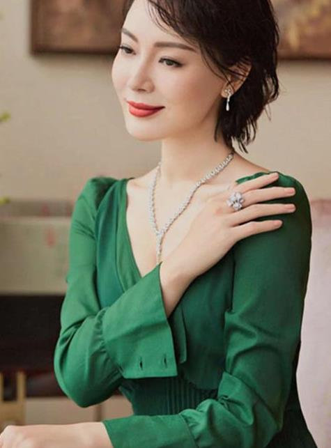 43岁陈数身姿绰约 衣品过人 天鹅颈搭配绿裙美出新高度