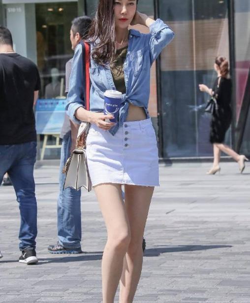 街拍美图:小姐姐白色短裙搭配高跟鞋,简单时尚,打造女神气质!
