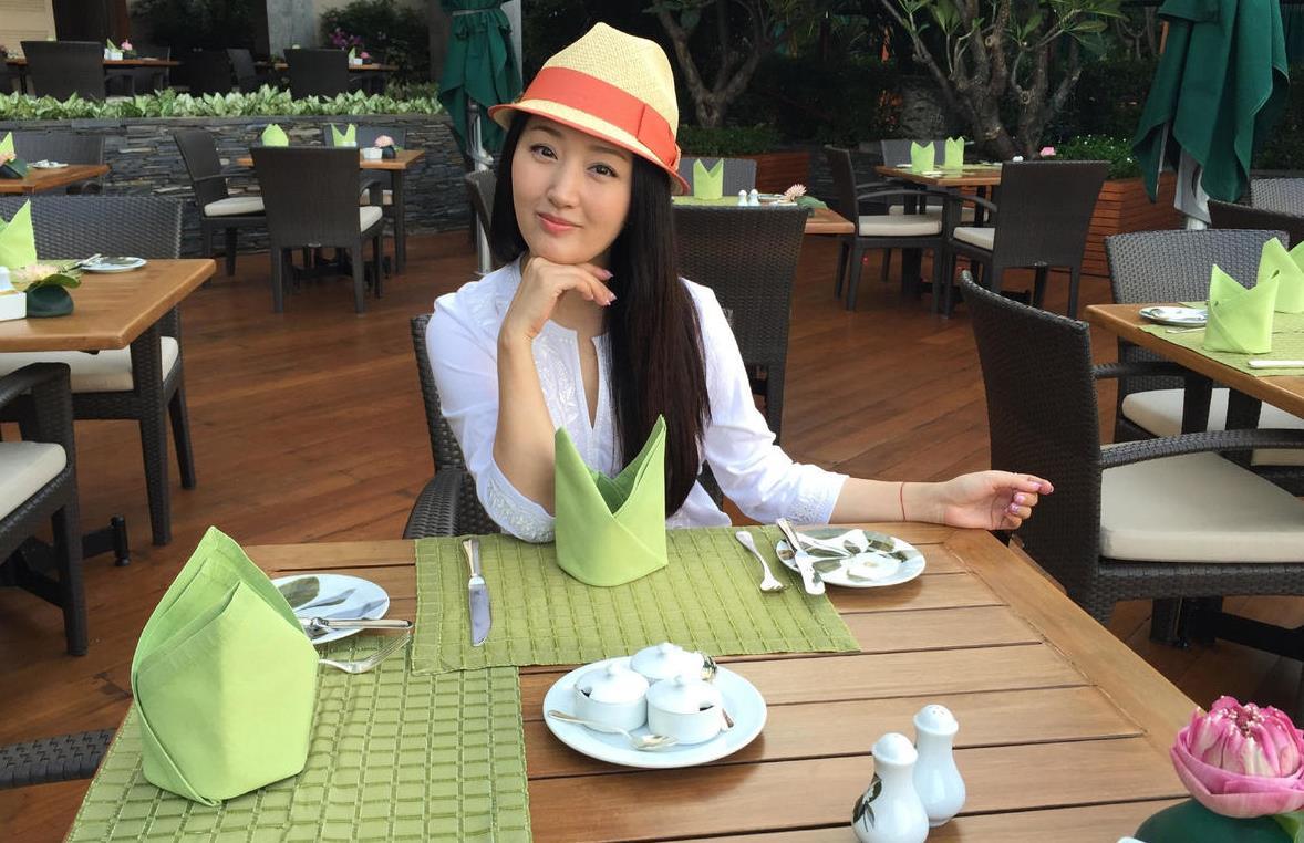 """""""杨钰莹""""去度假真会穿,白色上衣配牛仔裤,再戴帽子减龄又时髦"""