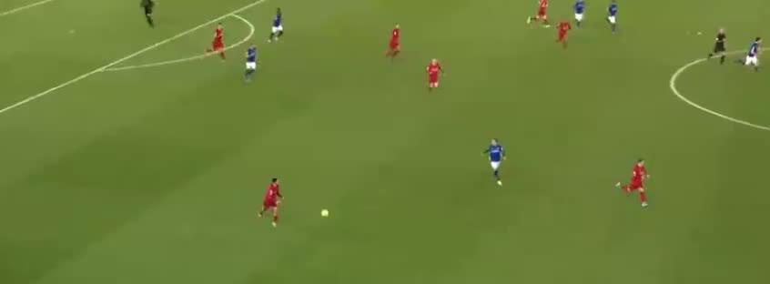亨德森送长传,马内单刀面对门将,可惜将球踢偏了