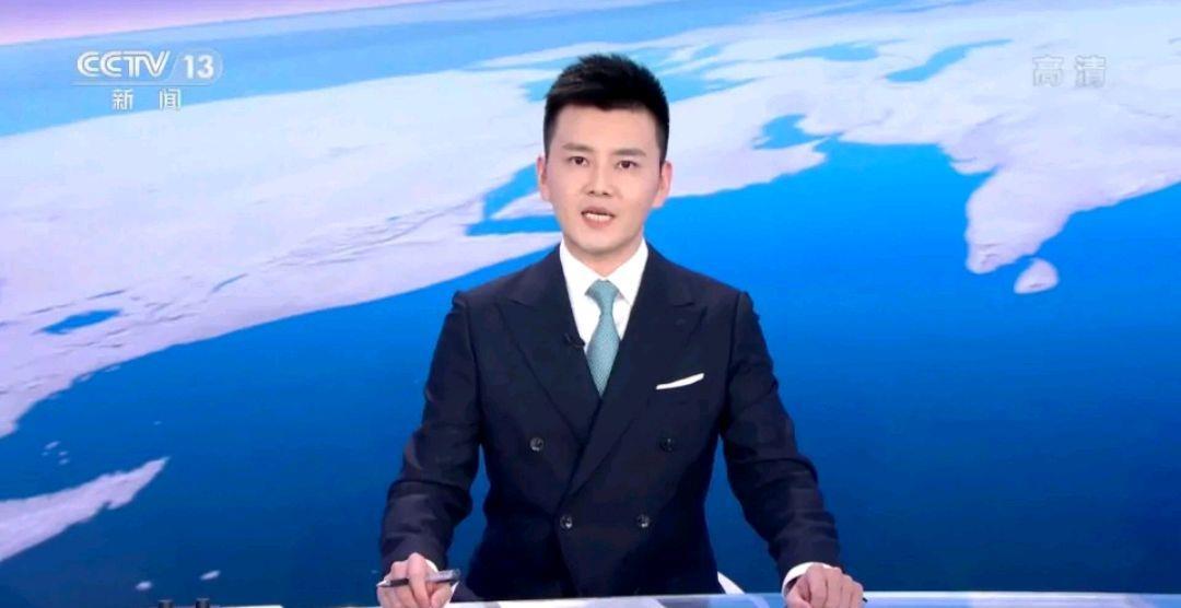 """央视新闻主播严於信,颜值不输当红男星,却被吐槽""""冰块脸"""""""