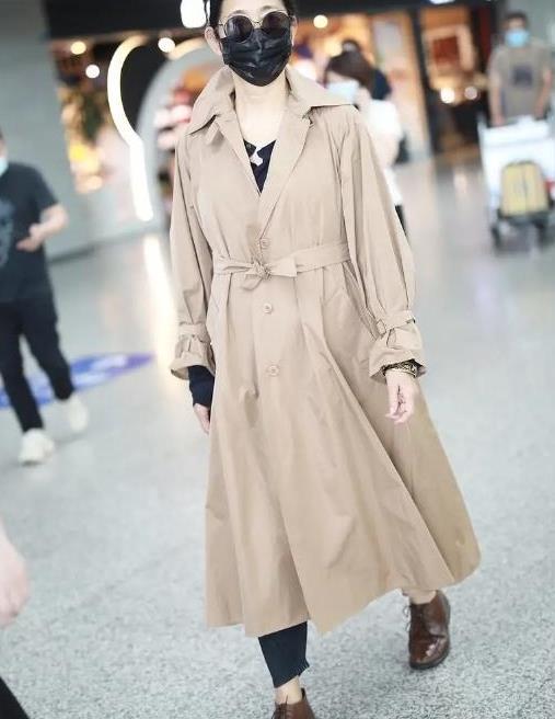 61岁倪萍走机场被抓拍,穿卡其色风衣优雅大气,新造型太过减龄