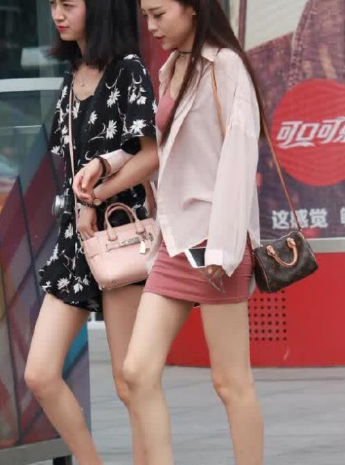 街拍:美女紧身包臀裙,清纯动人