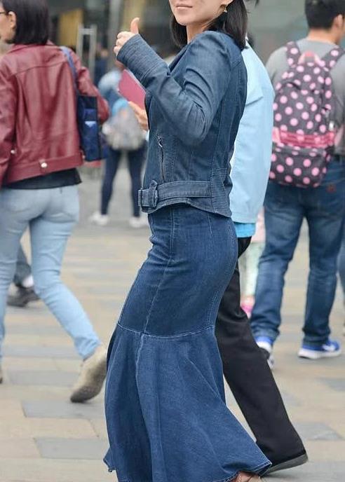 街拍:短发小姐姐挥手摄影镜头 一身牛仔裙装 棕色皮鞋
