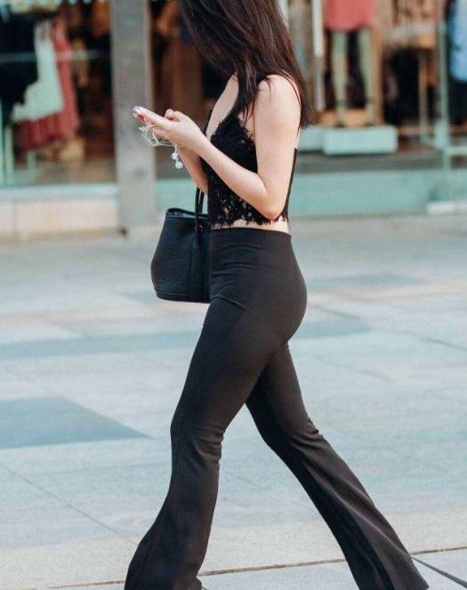 街拍:阔脚裤+高跟鞋,修长美腿,打造完美九头身段