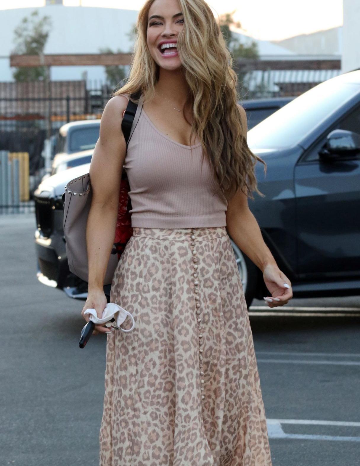 克里斯尔·斯塔休斯一袭印花美裙清新靓丽,卷发披肩魅力迷人