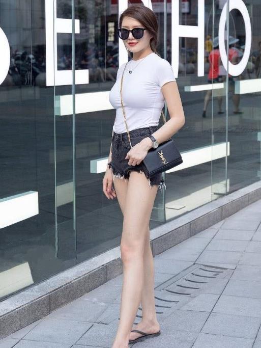 街拍:牛仔热裤集锦,穿高跟鞋的小姐姐真的好漂亮