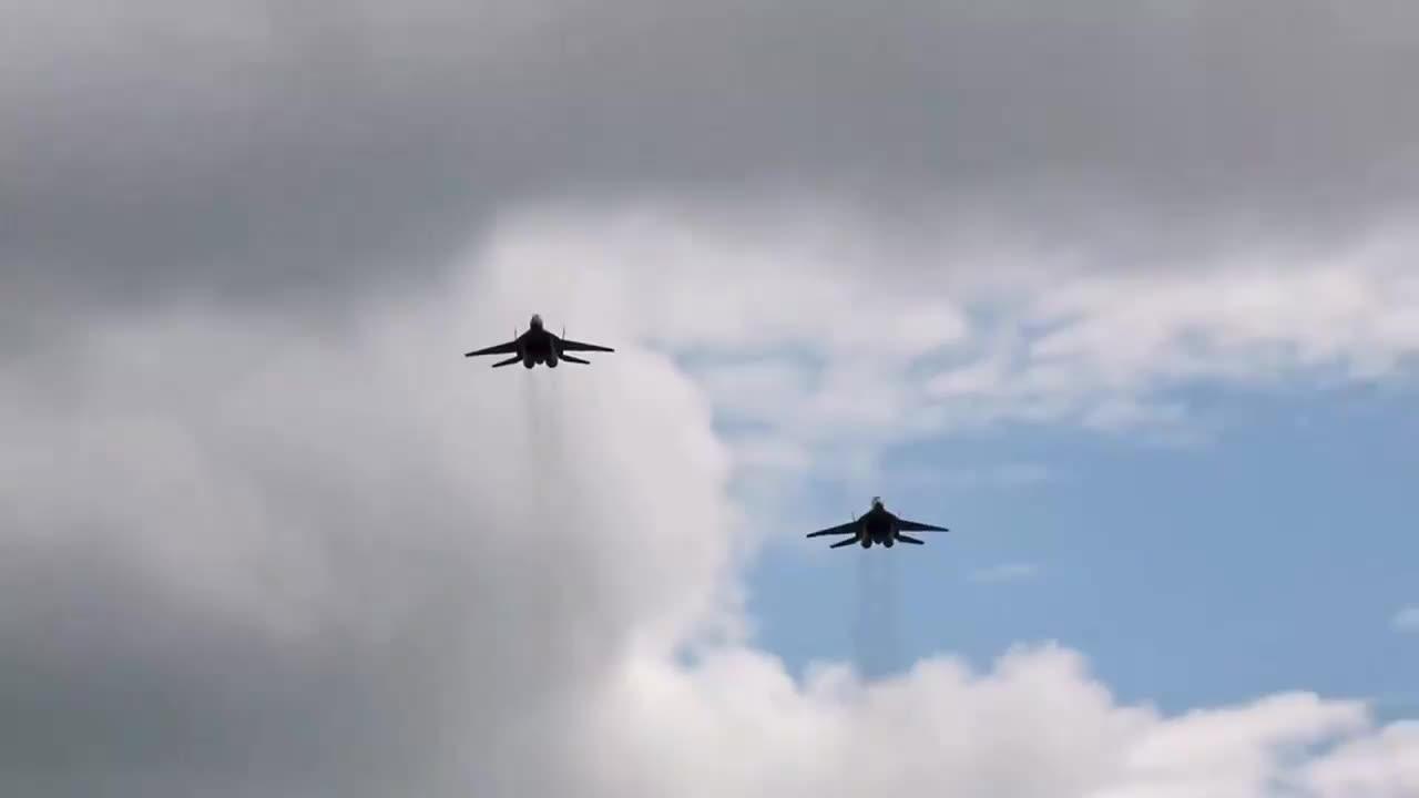 米格-29航展表演垂直拉升,发动机冒黑烟!