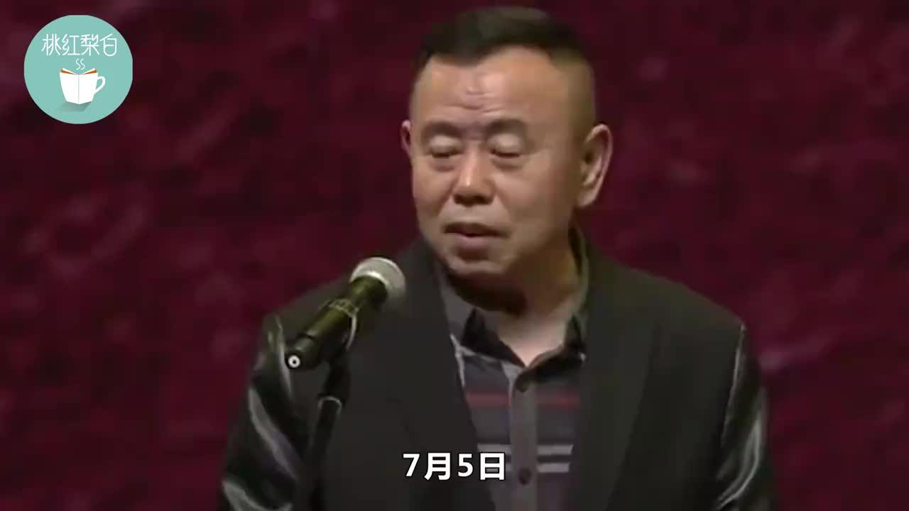 63岁潘长江海边坐轮椅拍戏,大夏天身上裹得厚实,带伤工作太敬业
