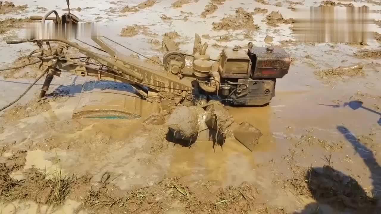 拖拉机耕地陷泥坑,男子差点崩溃了,老司机没两把刷子怎么出来混