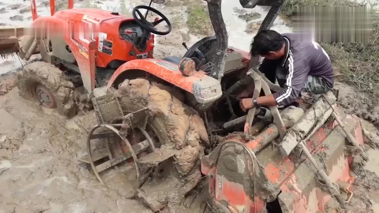 拖拉机陷泥坑出不来,男子快崩溃了,老司机没两把刷子怎么出来混
