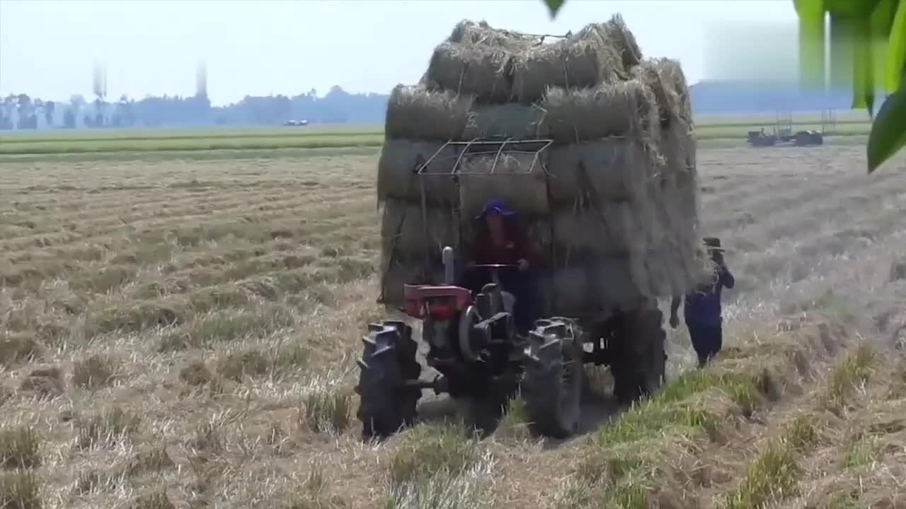 拖拉机拉稻草上坡打滑,看老司机最后是怎么操作的?