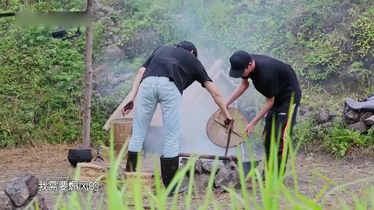 野生厨房:李诞林彦俊野外生火,遭汪涵吐槽:我还不如把菜晒熟!