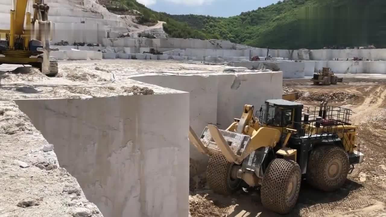 两台装载机运输几十吨的大理石,师傅这技术太赞了!