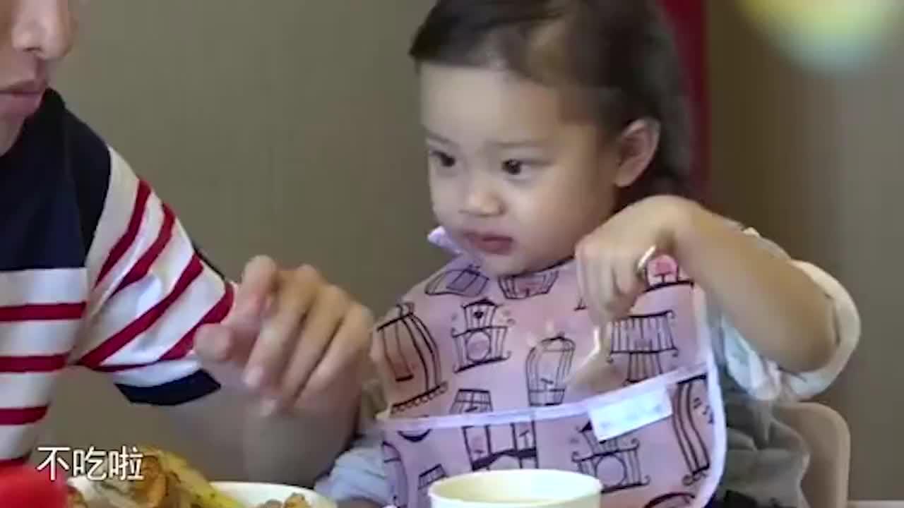贾乃亮独自带女儿吃饭,甜馨一个口误,暴露李小璐真实生活状态