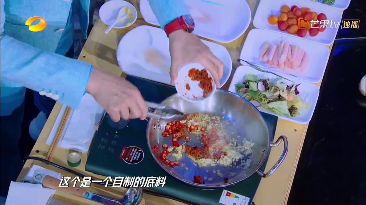天天向上:大厨炒龙虾酱料,香味飘满演播室,王一博直吞口水!