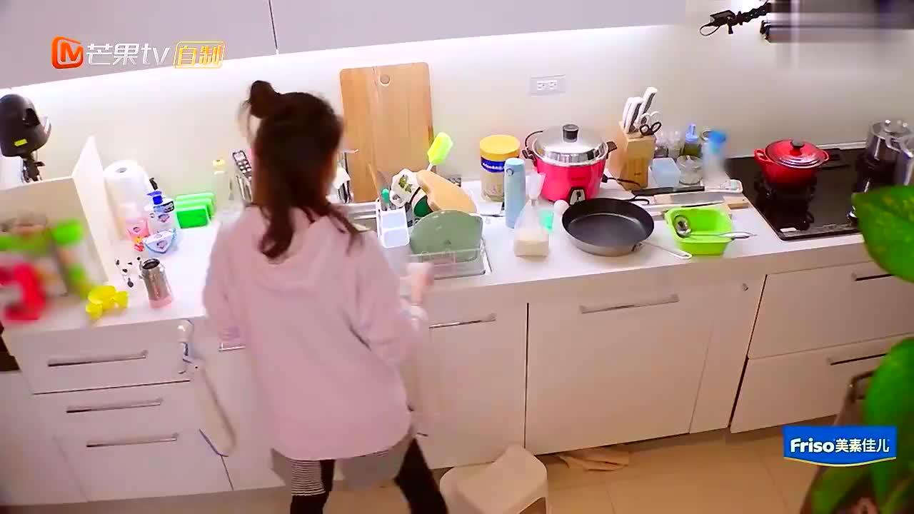 贾静雯做饭带娃两不误,实力变身超人妈妈!咘咘也好乖!