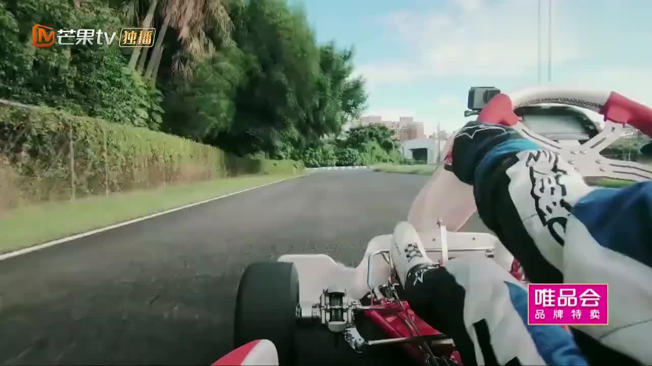林志颖带妈妈体验开赛车,下秒一个扣安全帽的动作,简直帅爆了!
