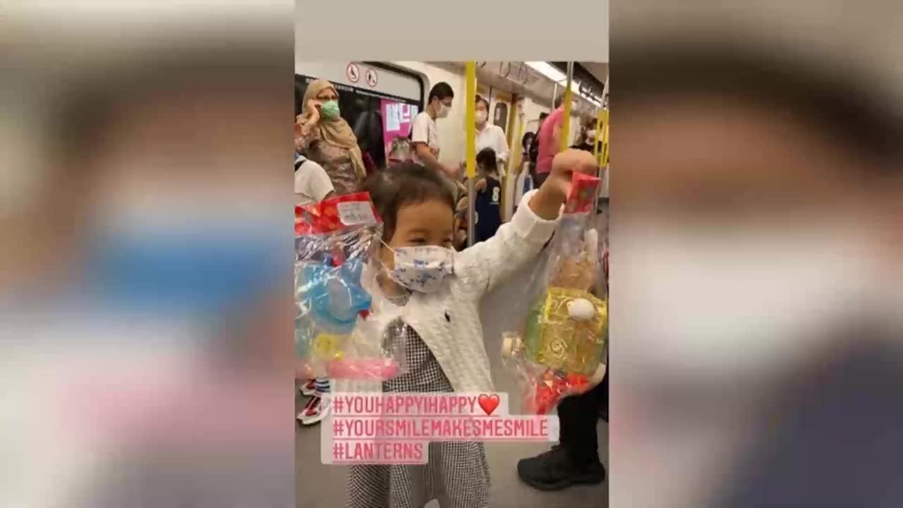 霍启刚三岁女儿近照曝光,与爸爸开心坐地铁,迷人笑眼遗传郭晶晶