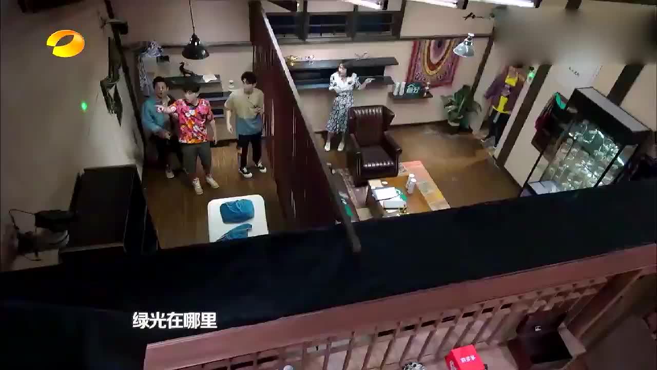 大张伟躲在门后想吓唬何炅跟黄磊,结果他们根本不进去,太尴尬了