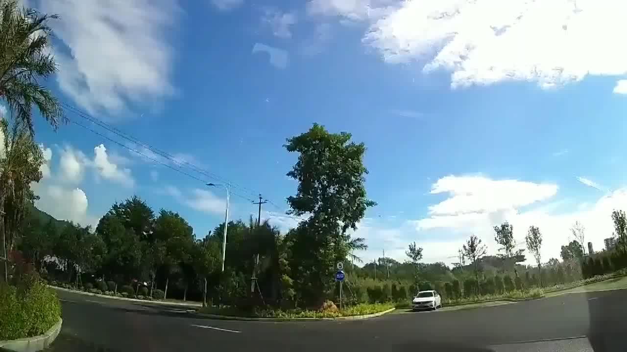 实拍:视频车操作行云流水右转,黑车直接飞了起来了