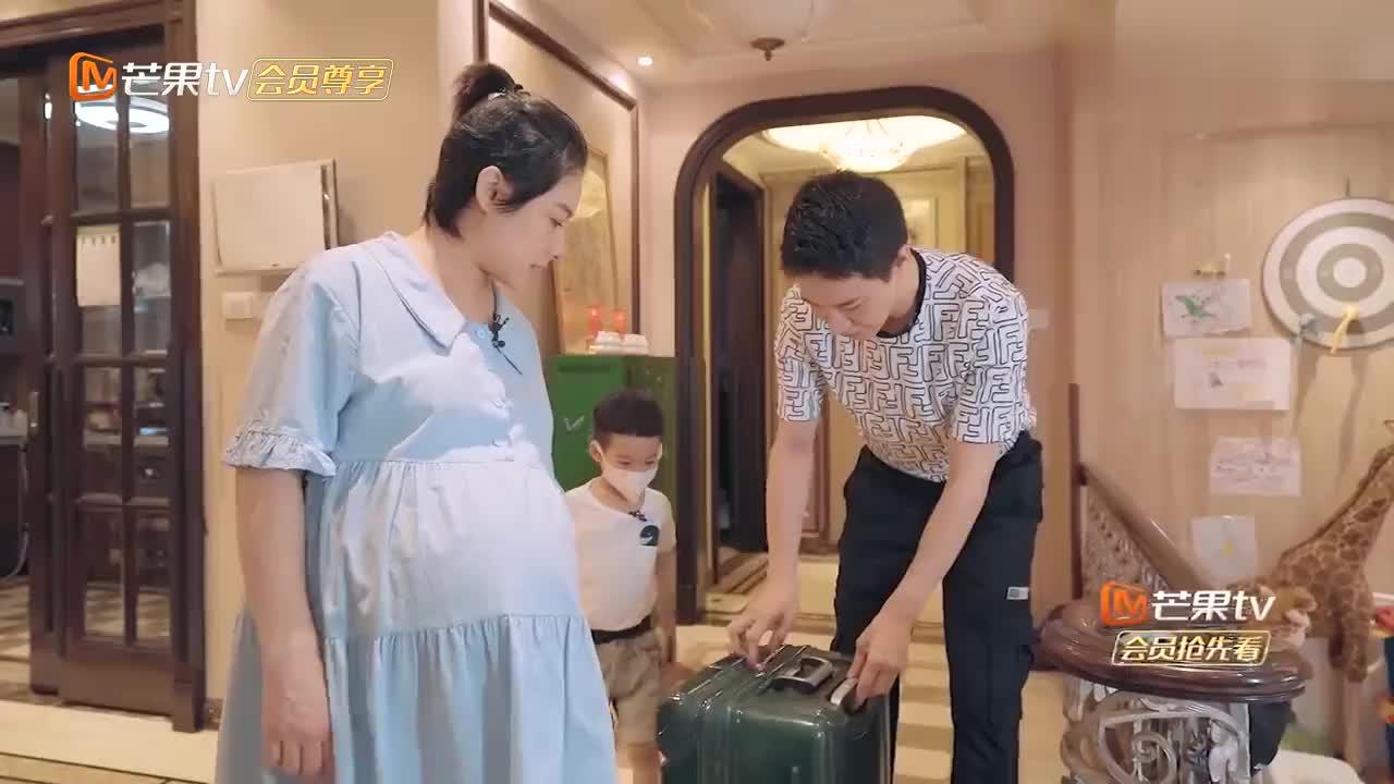 """刘璇前往医院待产,王弢随身携带乐器,二宝出生就去挣""""奶粉钱"""""""
