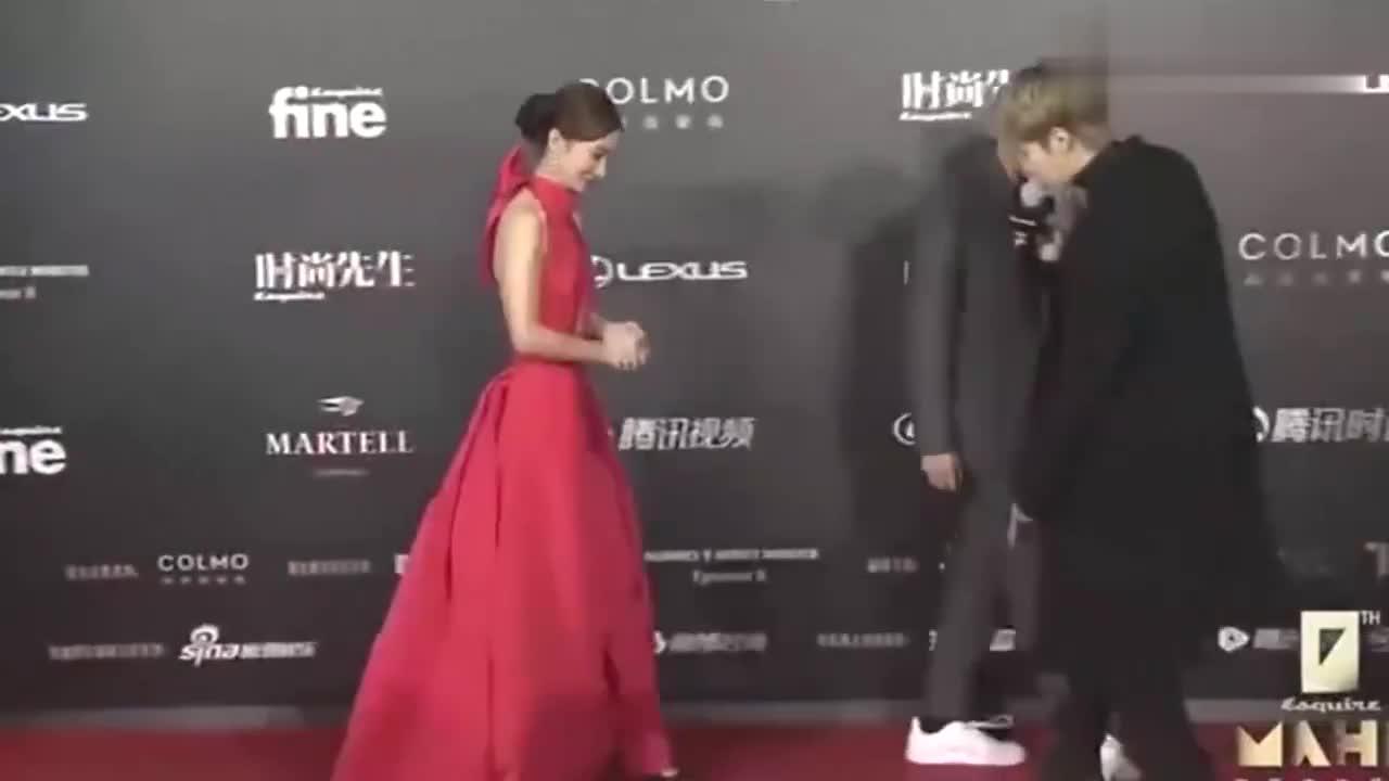金晨把自己包装成蝴蝶结,一袭红衣长裙登上红毯,怼脸拍太绝!