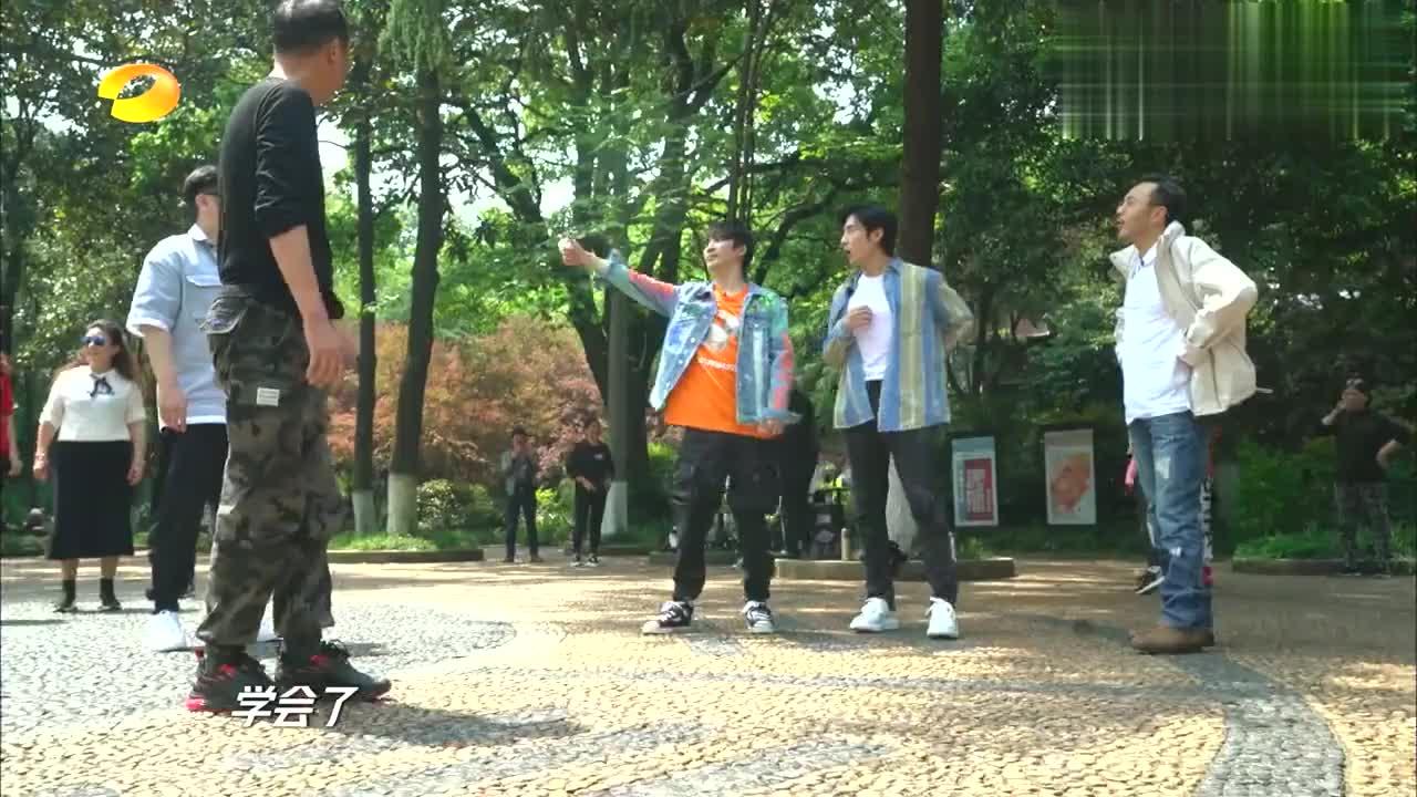 天天向上:天天兄弟跳广场舞,王一博在线喊话:涵哥,别闪了腰!