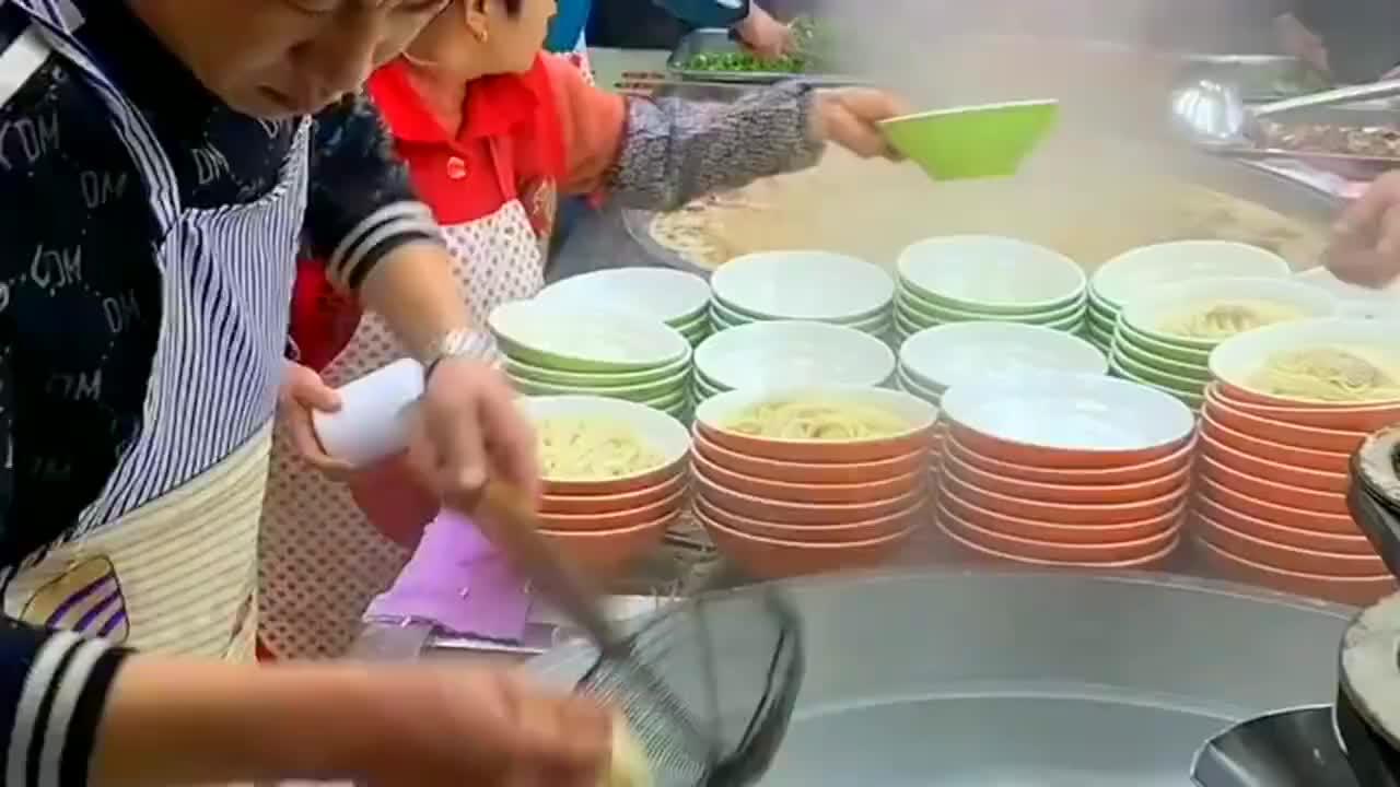 在这个厨师手里筷子比剪刀还快难怪生意这么好每天都可以爆满