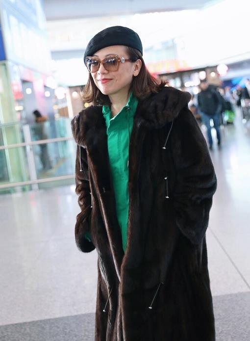 54岁的邓萃雯真会穿,身穿棕色皮草外套搭配绿色裙装,霸气侧漏