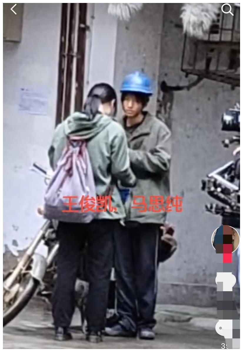 王俊凯骑摩托车带马思纯,两人衣着简陋画风心酸,周围居民爆满