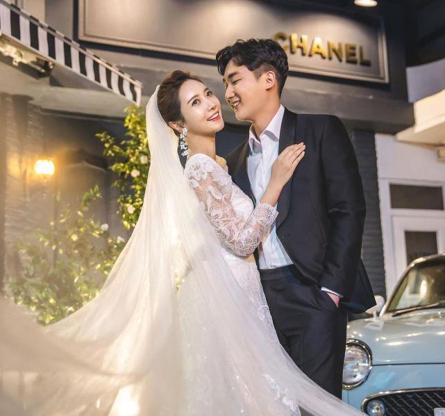 36岁韩敏彩宣布结婚,甜嫁小9岁上班族老公,婚纱照曝光