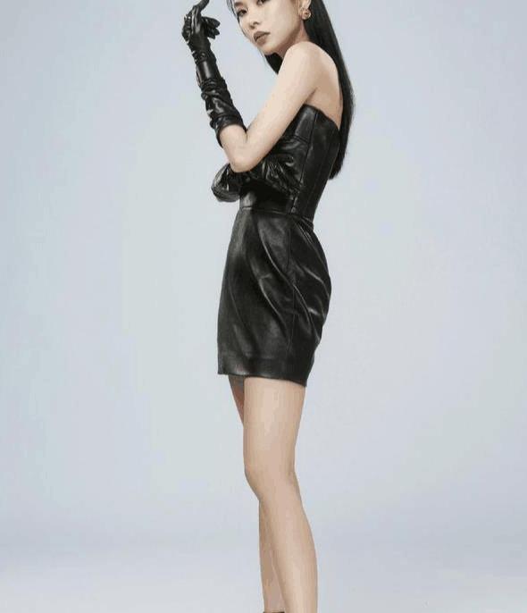 """王霏霏的造型""""A爆""""了!穿黑色抹胸皮裙出席活动,魅力四射"""