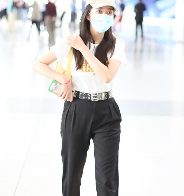梁洁街拍:字母T恤萝卜裤CHANEL小白鞋 清新黑白配