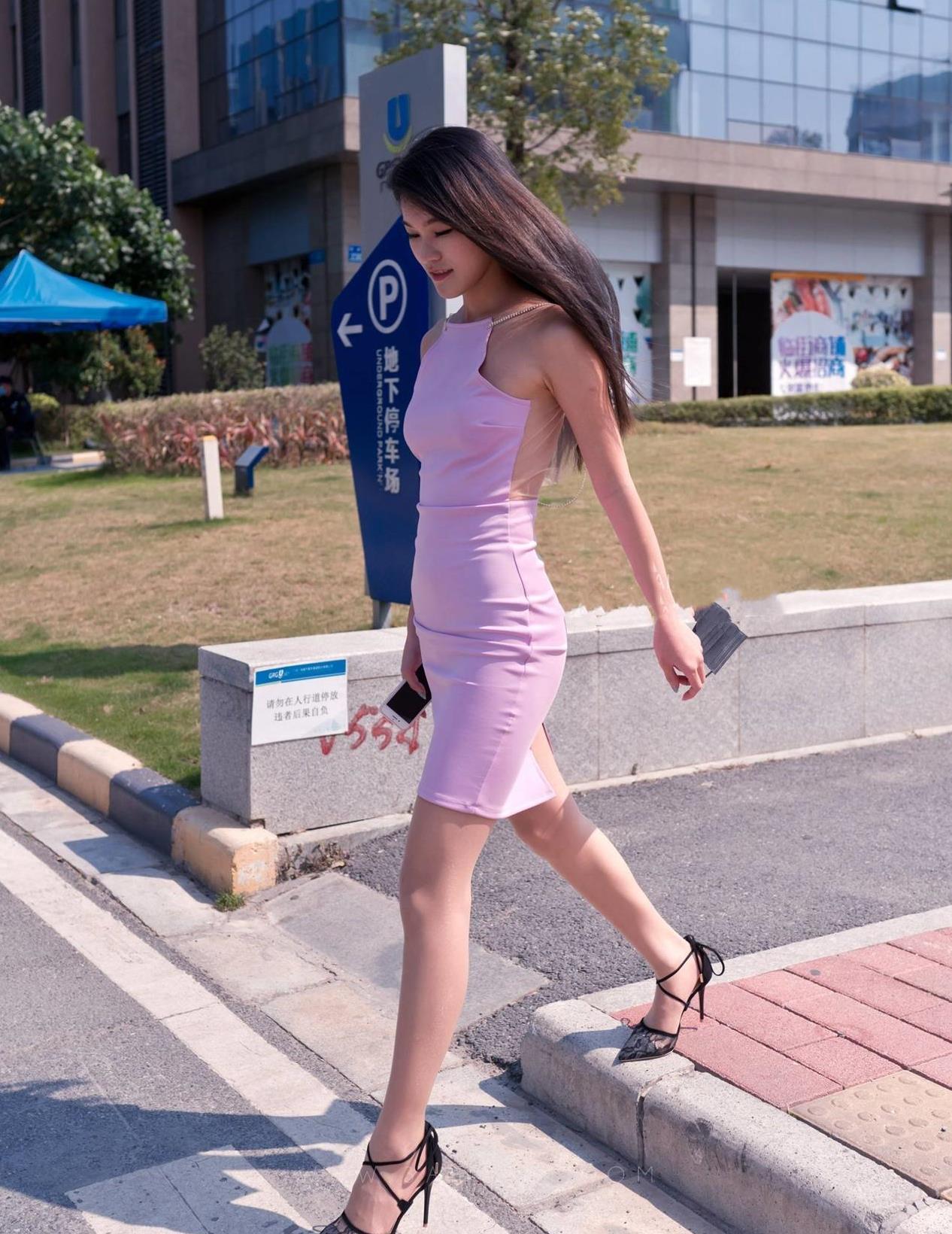 """一身紫色""""肚兜""""款式的连衣裙穿搭,时髦大方又不失优雅,自信又"""