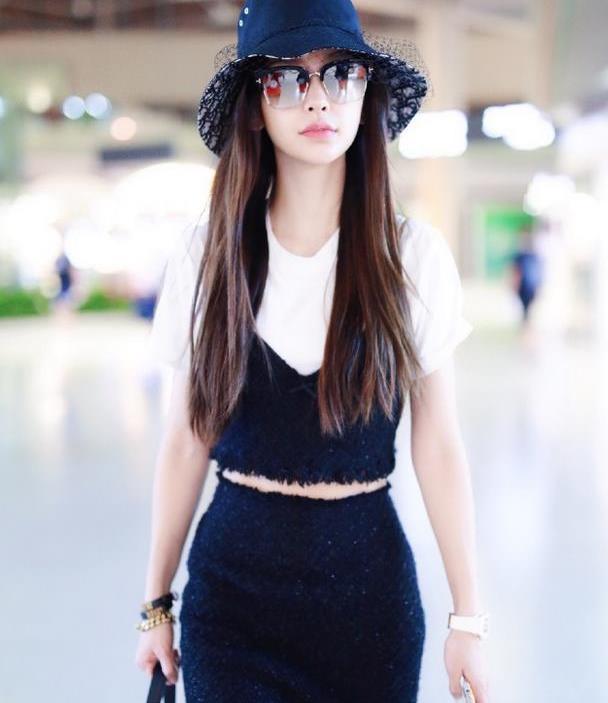 杨颖带小海绵出街,白色卫衣配半身裙,经典黑白配不像是孩子妈妈