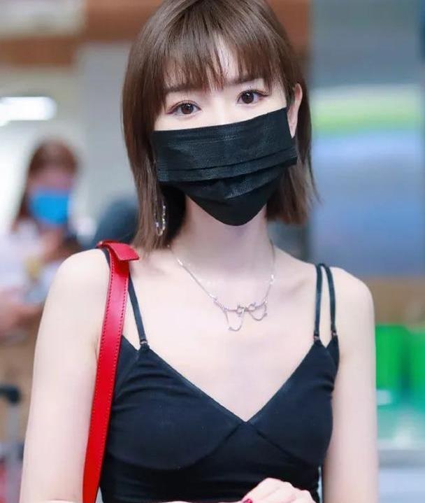 32岁毛晓彤现身机场,吊带背心配破洞裤时髦爆棚,陈翔早该后悔