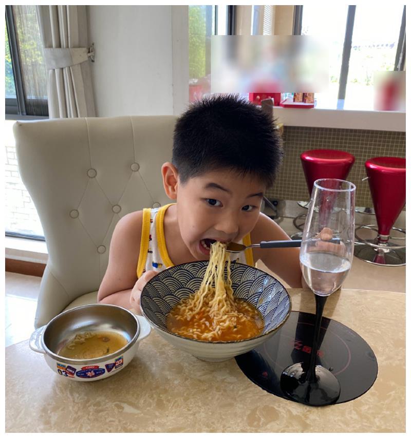 沙溢儿子太有仪式感,吃方便面还要配上高脚杯,网友直呼高级